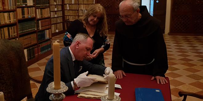 Fra Veselko Grubišić splitskom gradonačelniku pokazao originalni primjerak Judite star gotovo 500 godina