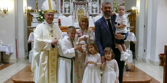 Nadbiskup Barišić krstio malu Mariju, peto dijete u obitelji Stipe Pletikose