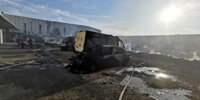 UGAŠEN POŽAR: Dva vatrogasca zatražila liječničku pomoć, izgorjelo šest kombija