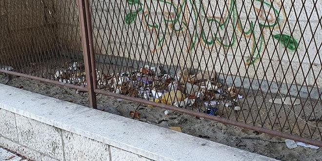 Čitateljica nam je poslala fotografije smeća u Gundulićevoj, pitali smo Čistoću tko je odgovoran