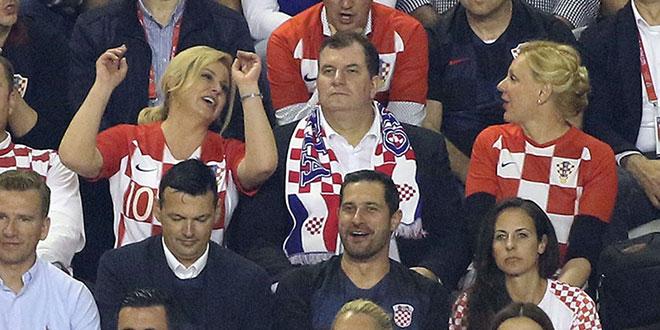 VIDEO: Kolinda na izlasku sa stadiona zapjevala 'Lijepa li si'