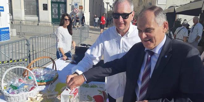 DAN BIJELOG ŠTAPA NA RIVI Gradonačelnik i župan zaigrali nogomet za slijepe
