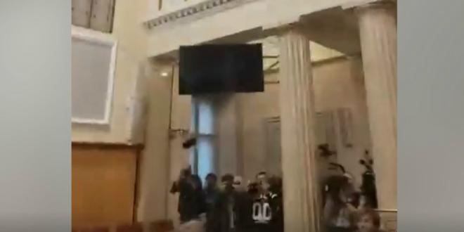 VIDEO Pogledajte kako izgleda iznošenje iz Sabora iz Pernarove perspektive