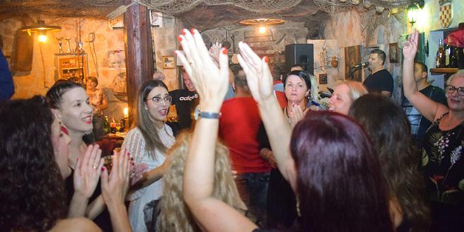 NOĆNI PROGRAM Miro Boem i Aritmija bend u petak, te Davor Badrov u subotu zaduženi su za poznato vikend ludilo u konobi Rudine