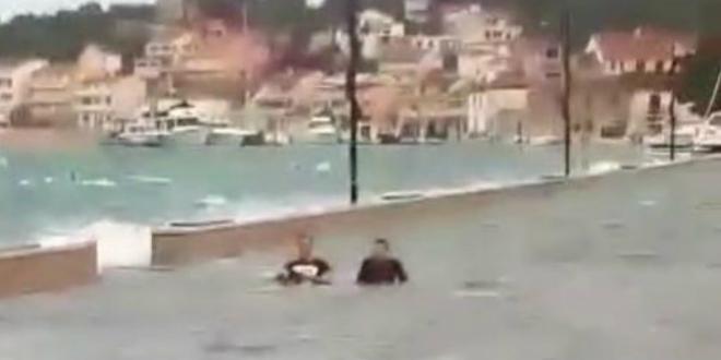 Poplavljenu rivu iskoristili za kupanje