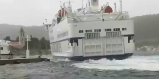 KAKVA DRAMA Kapetan trajekta Petar Hektorović izveo vrhunski manevar i izbjegao havariju u viškoj luci
