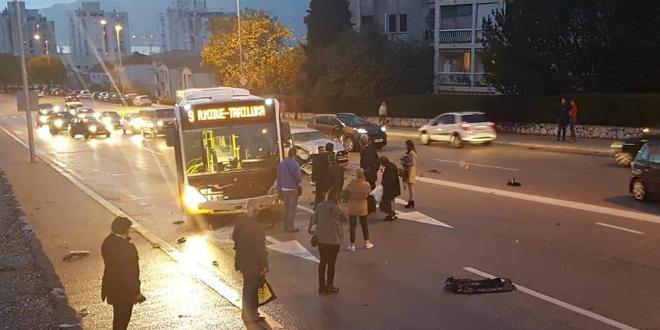 Sudar autobusa i automobila u Velebitskoj ulici