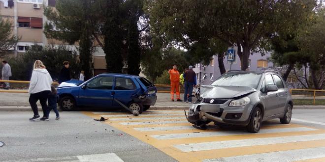 NESREĆA NA PJEŠAČKOM Sudarila se dva auta kod centra Juraj Bonači
