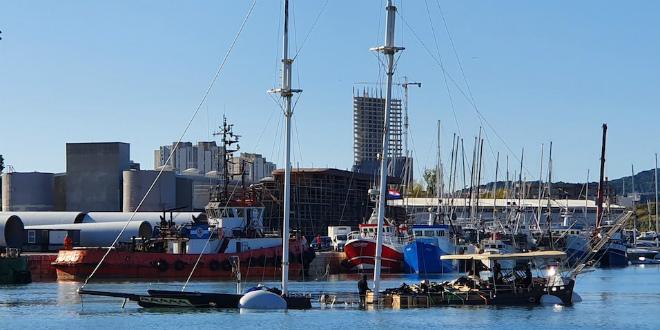 FOTOGALERIJA Izvučena brodica koju je jugo potopilo u Vranjicu, uskoro će se ukloniti i podrtina u Povljima