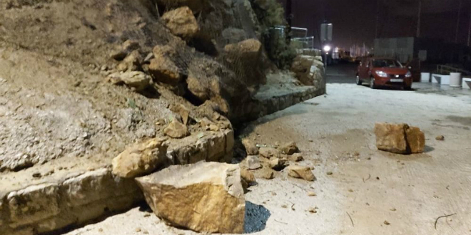 PUKLO PRIVREMENO RJEŠENJE Odronila se stijena na Firulama, izbjegnuta tragedija za dlaku
