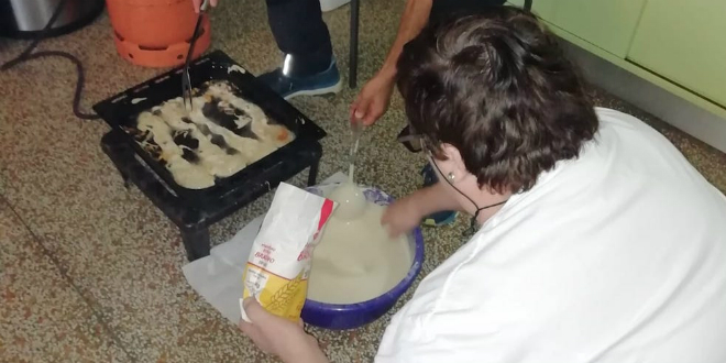 ŠTRAJKAŠKI UŠTIPCI Stariji učitelji OŠ Kamešnica mlađe kolege učili kako napraviti staru cetinsku deliciju