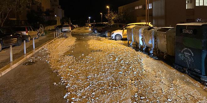 PUKLA CIJEV Voda nanijela kamenje na cestu kod ambulate na Mertojaku, radi se na sanaciji