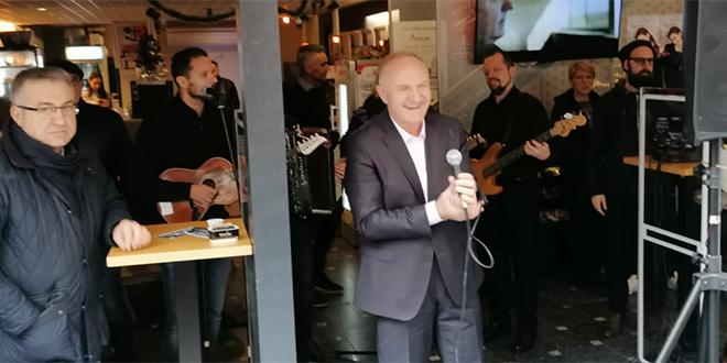 VIDEO Zagrebačka špica u ritmu Hercegovine, Mate Bulić častio pjesmom i delicijama