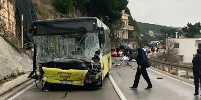 SMRT U BAJNICAMA Jedna osoba poginula u sudaru autobusa i automobila