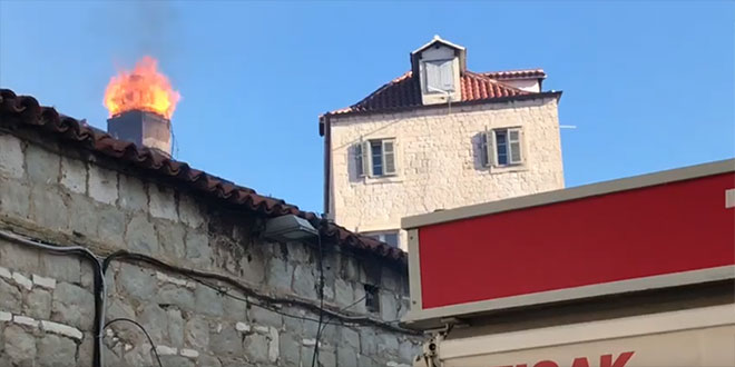 VATROGASCI U CENTRU SPLITA Požar u splitskom restoranu, gori dimnjak