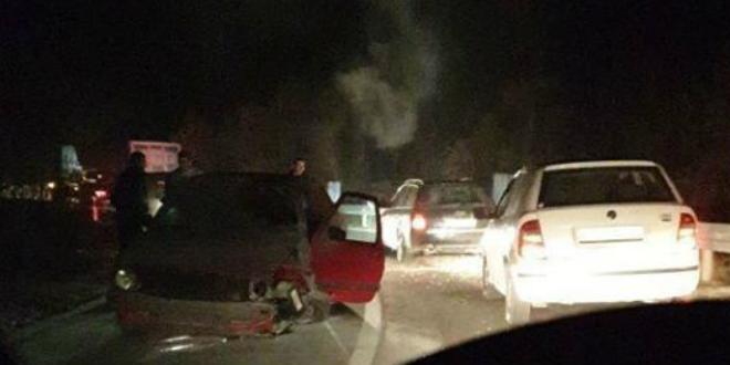 Automobil planuo nakon udarca u ogradu