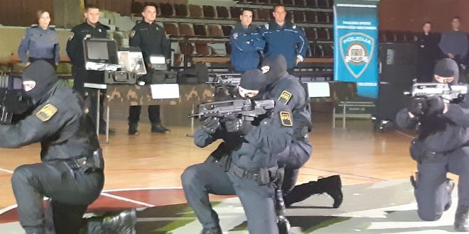 FOTOGALERIJA Policajci demonstrirali kako izgleda njihov posao, građane najviše oduševio pas