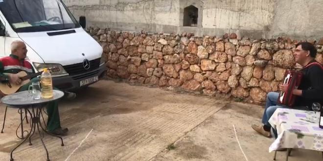 VIDEO Pogledajte kako dva Hvaranina poštuju karantenu, nazdravili i zapjevali na dva metra