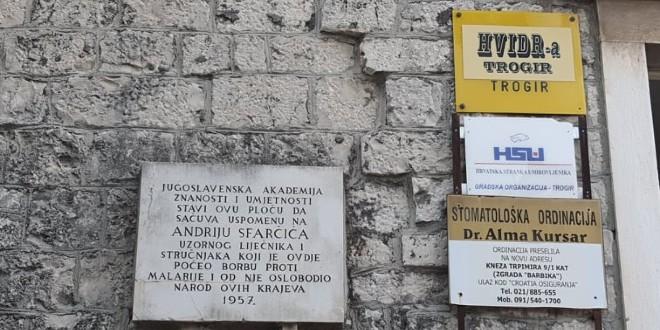 KURIOZITET Ispred spomen ploče o pobjedi protiv malarije, trogirski SDP dočekao Bernardića