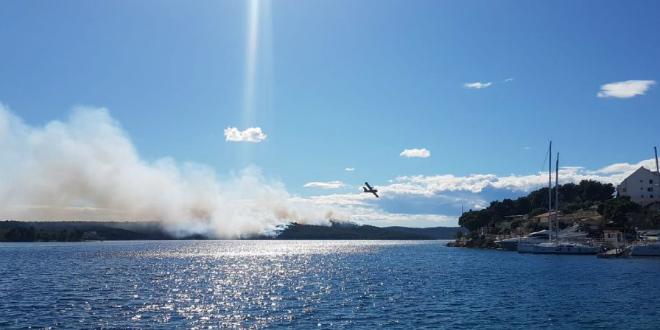 Ugašen požar na Braču, vatrogasci dežuraju na požarištu