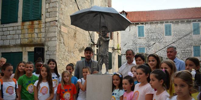 DJEČAK S KIŠOBRANOM: Kažimir Hraste je autor kipa postavljenog u Šibeniku