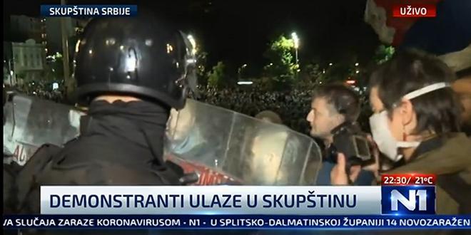 KAOS U BEOGRADU Tisuće Srba na ulici protiv Vučićevih novih mjera, provalili u parlament!