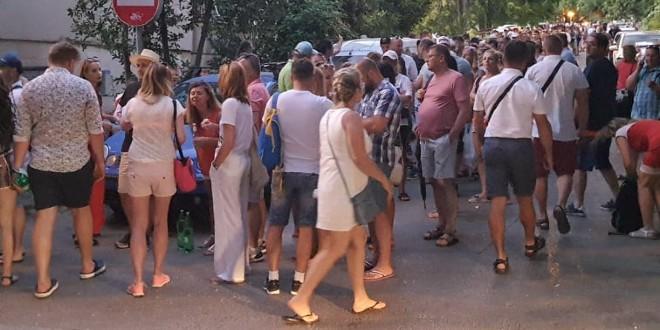 POLJACI BIRAJU Cijelog dana ne jenjava gužva na glasačkom mjestu u Istarskoj, konzulat zatvara kad zadnji birač zaokruži kandidata