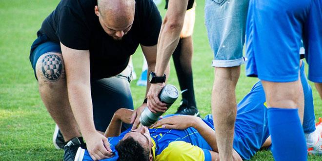 FOTO-UBOD: Obratite pažnju na desno koljeno Solinova fizioterapeuta