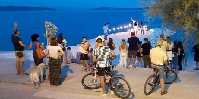 VIDEO Romantična prosidba među bakljama na plaži u Kaštel Starom