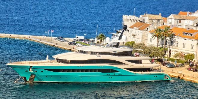 Švicarski milijarder, vlasnik Capri Sun sokova doplovio do Korčule