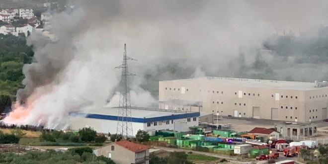 VIDEO Golemi požar bukti u reciklažnom dvorištu na TTTS-u!
