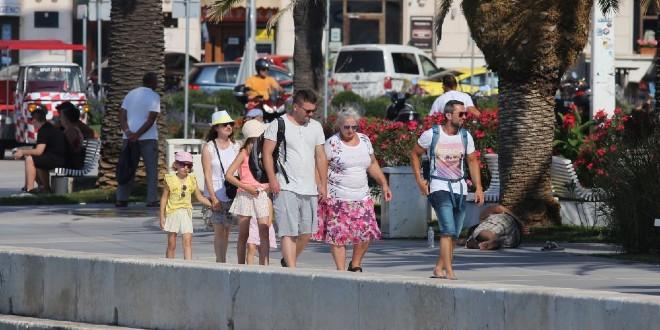 FOTOGALERIJA Splićani i njihovi gosti sklonili se od sunca i vrućine, Riva gotovo prazna