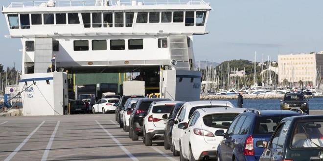 'DESANT' NA SUPETAR: Do podne uvedena tri izvanredna trajekta iz Splita