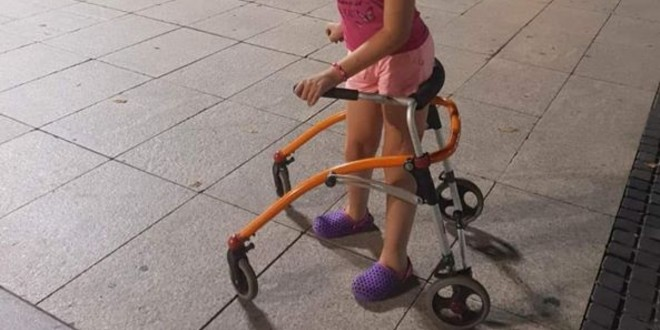 NEVJEROJATNO Djevojčici s cerebralnom paralizom ukradena 'guralica' koja joj pomaže u hodanju