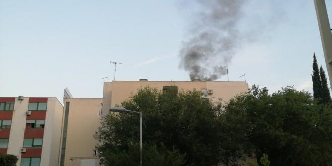 POŽAR U DOMU U VUKOVARSKOJ: Zbog kvara u kotlovnici iz dimnjaka na vrhu zgrade širio se gusti dim
