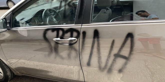 VANDALIZAM U SPINUTU Na Toyoti beogradskih registracija ispisani grafiti 'Pali traktor', 'Ubij Srbina' i 'ZDS'