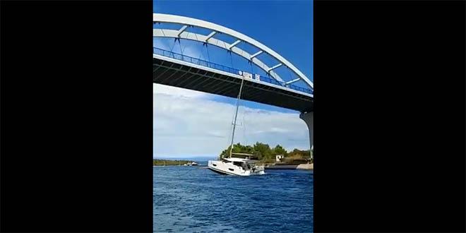 VIDEO Prometna (ne)zgoda jedrilice koja pokušava proći ispod mosta