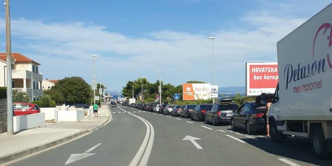 ŠPICA SEZONE Kilometarska kolona u Supetru, u 11.30 polazi izvanredna linija iz Splita