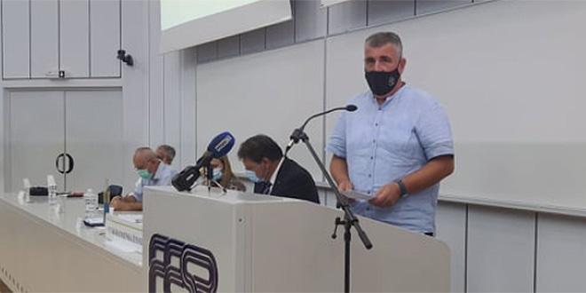 Bulj: Ne mogu slušati da su mladi krivi za širenje virusa, a ministar Beroš se slika s Ninom Badrić i objavljuje kako ljubi ruke?!