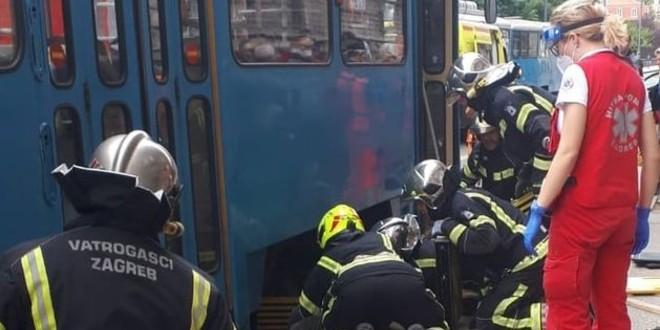 NEVJEROJATNA NESREĆA Starija žena pala pod tramvaj, izvlačili je vatrogasci