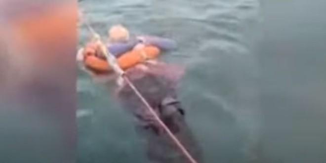VIDEO Ribari je izvukli iz mora nakon što je satima plutala, a onda je otkrila svoju potresnu priču
