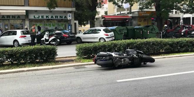 PROMETNA U CENTRU SPLITA Vozio skuter na zadnjem kolu i sudario se s kombijem Hrvatske pošte