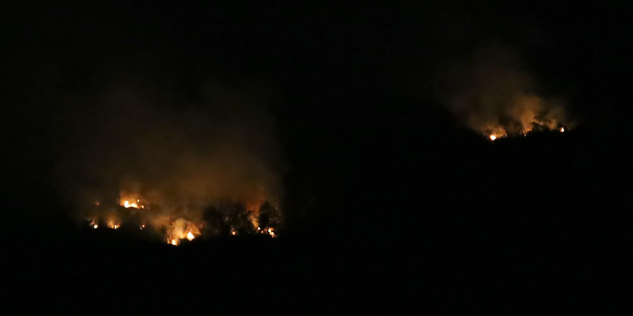 I dalje gori brdo iznad Koprivnog, vatrogasci na oprezu