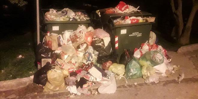 Zbog parkiranih automobila kamion Čistoće danima nije mogao pokupiti smeće na Plokitama