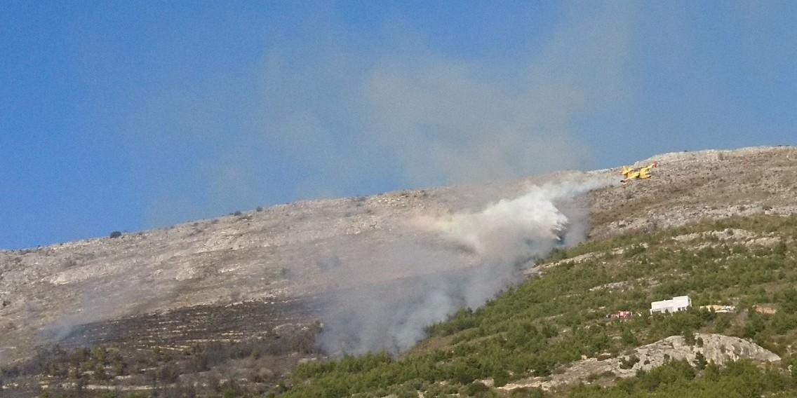 FOTO/VIDEO Požar iznad Strožanca stavljen pod nadzor, kanader je odradio svoj dio posla