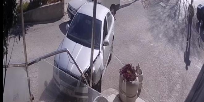 NEVJEROJATNA SNIMKA Izbjegavao nalet na pješaka i zabio se u štekat na Sućidru