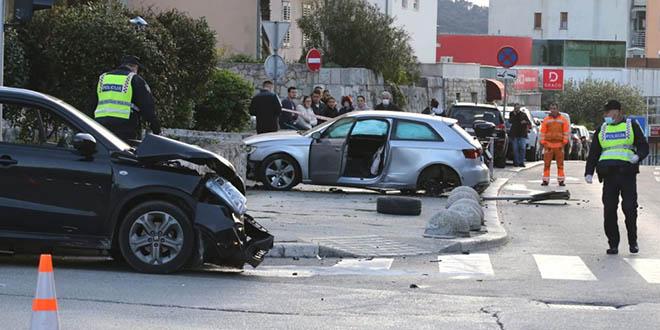 Sudar dva auta na križanju u Splitu, stradali pješaci! U bolnicu prebačeno dijete