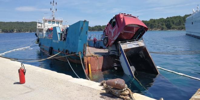 NEZGODA NA HVARU Popucali konopi na trajektu, prikolica puna asfalta završila u moru