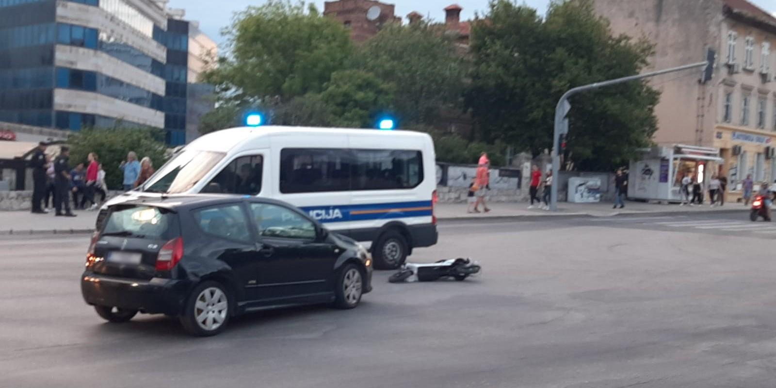 STRADALO DVOJE NA MOTOCIKLU Prometna nesreća na raskrižju Bihaćke i Domovinskog rata