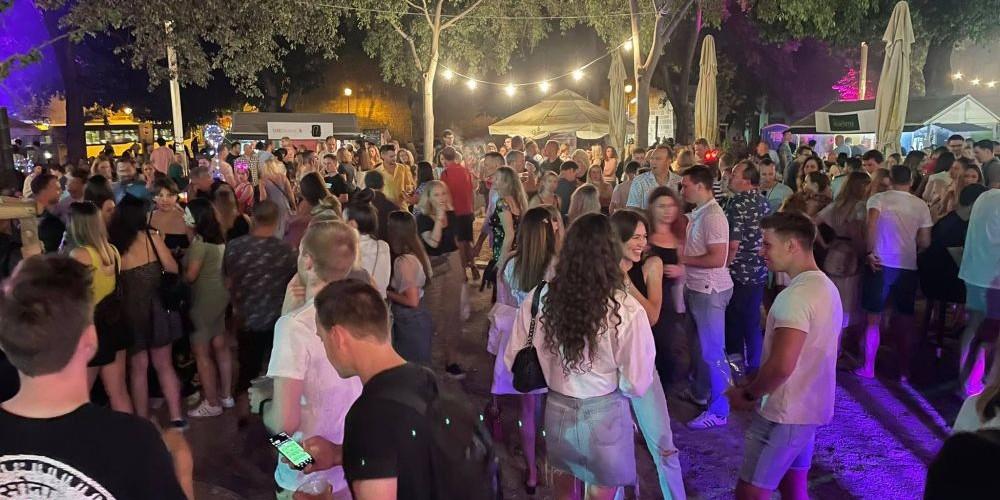 FOTO/VIDEO Đardin pun ljudi, pleše se i pjeva, ljudi se kupaju u fontani